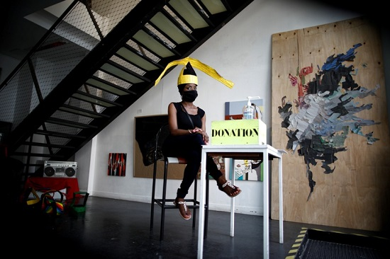 إحدى المشاركين فى التنظيم ترتدى القبعة
