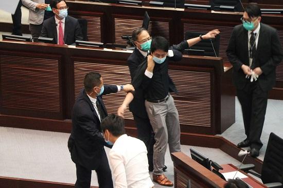 نائب يلقى بمواد حارقة داخل البرلمان