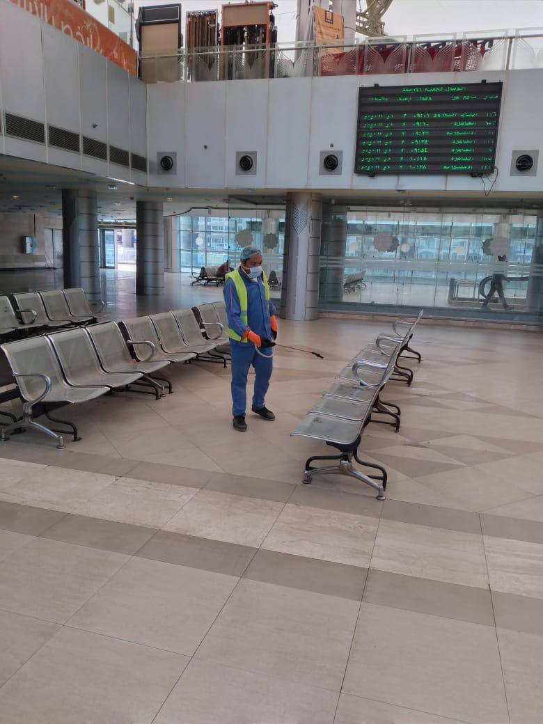 السكة الحديد تواصل أعمال تعقيم المحطات والقطارات ضد كورونا (7)