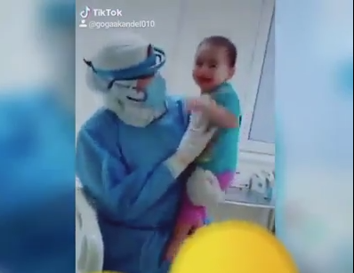 خلال مداعبة الطفل