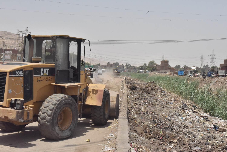 محافظ أسيوط يتفقد أعمال رفع 20 طن مخلفات بجوار ترعة الملاح  (9)