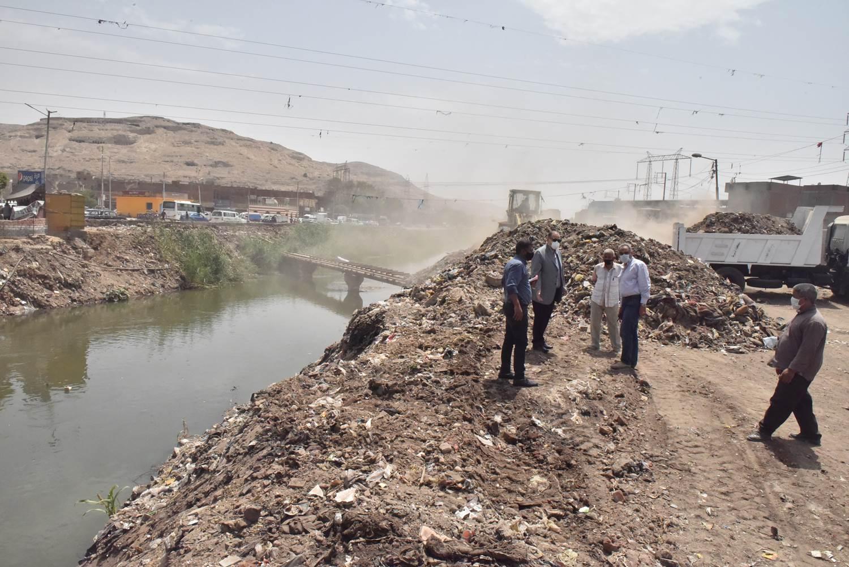 محافظ أسيوط يتفقد أعمال رفع 20 طن مخلفات بجوار ترعة الملاح (5)