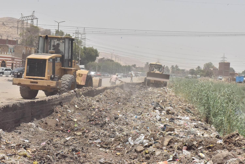 محافظ أسيوط يتفقد أعمال رفع 20 طن مخلفات بجوار ترعة الملاح (4)