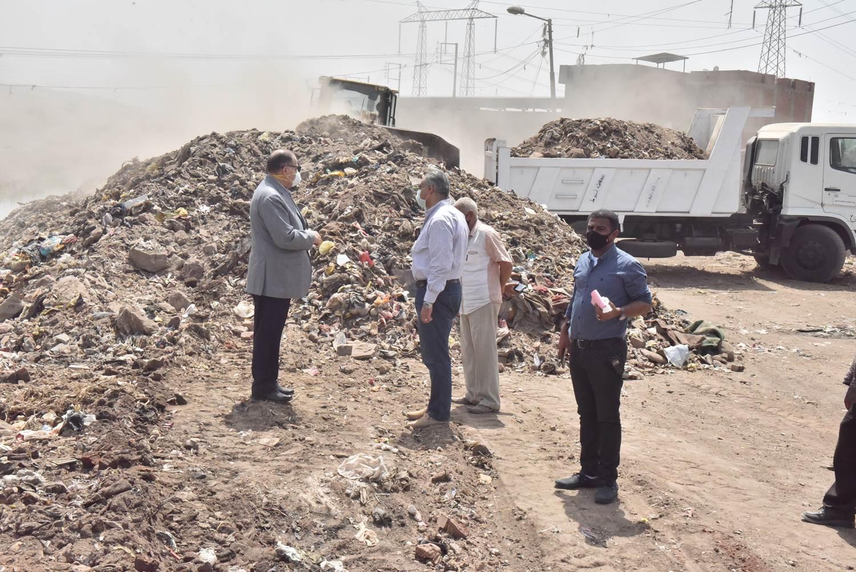 محافظ أسيوط يتفقد أعمال رفع 20 طن مخلفات بجوار ترعة الملاح  (11)