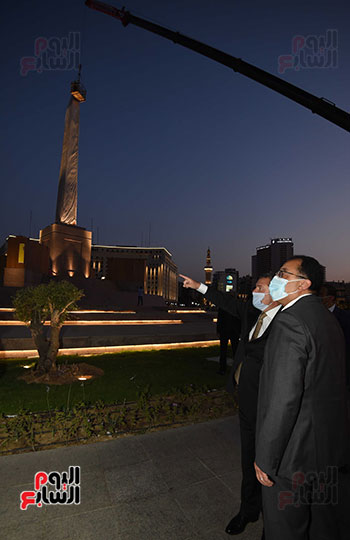 رئيس الوزراء يتفقد المرحلة النهائية لمشروع إضاءة ميدان التحرير بعد تطويره (1)