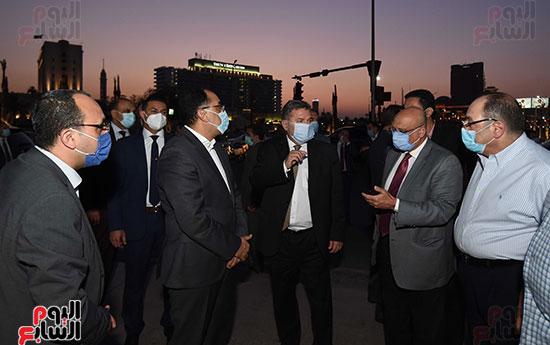 رئيس الوزراء يتفقد المرحلة النهائية لمشروع إضاءة ميدان التحرير بعد تطويره (5)