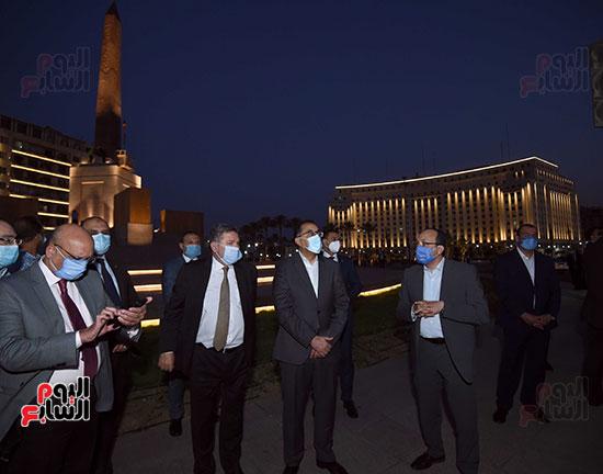 رئيس الوزراء يتفقد المرحلة النهائية لمشروع إضاءة ميدان التحرير بعد تطويره (7)