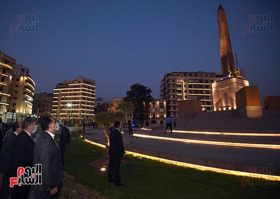 رئيس الوزراء يتفقد المرحلة النهائية لمشروع إضاءة ميدان التحرير بعد تطويره (2)