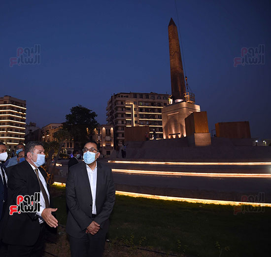 رئيس الوزراء يتفقد المرحلة النهائية لمشروع إضاءة ميدان التحرير بعد تطويره (4)