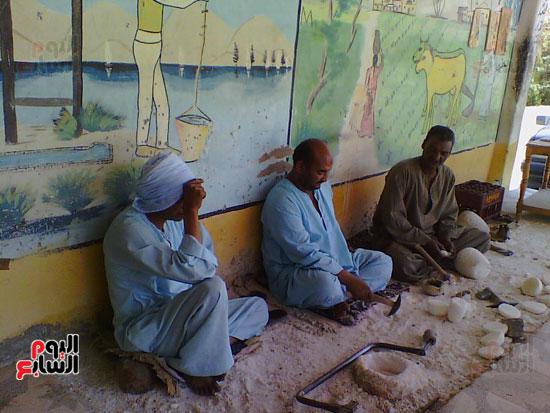 صناعة الألباستر والتحف المقلدة ورثها أبناء القرنة من أجدادهم الفراعنة  (4)