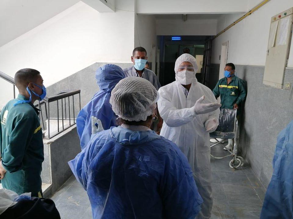 عميد كلية طب الأقصر يزور مستشفى الحميات لمتابعة المصابين
