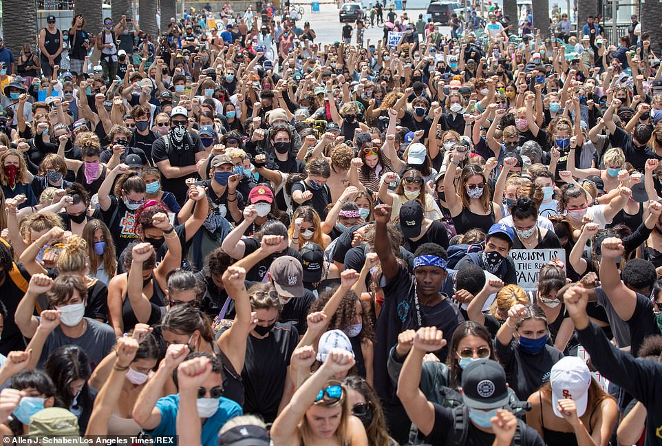 29284192-8393847-HERMOSA_BEACH_CALIFORNIA_Protesters_took_a_knee_in_Hermosa_Beach-a-62_1591414668463