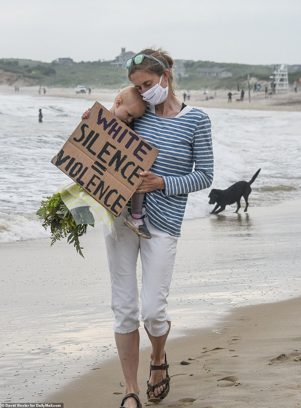 29286954-8393847-MONTAUK_THE_HAMPTONS_One_mom_also_bought_flowers_to_lay_on_the_s-a-18_1591416764868