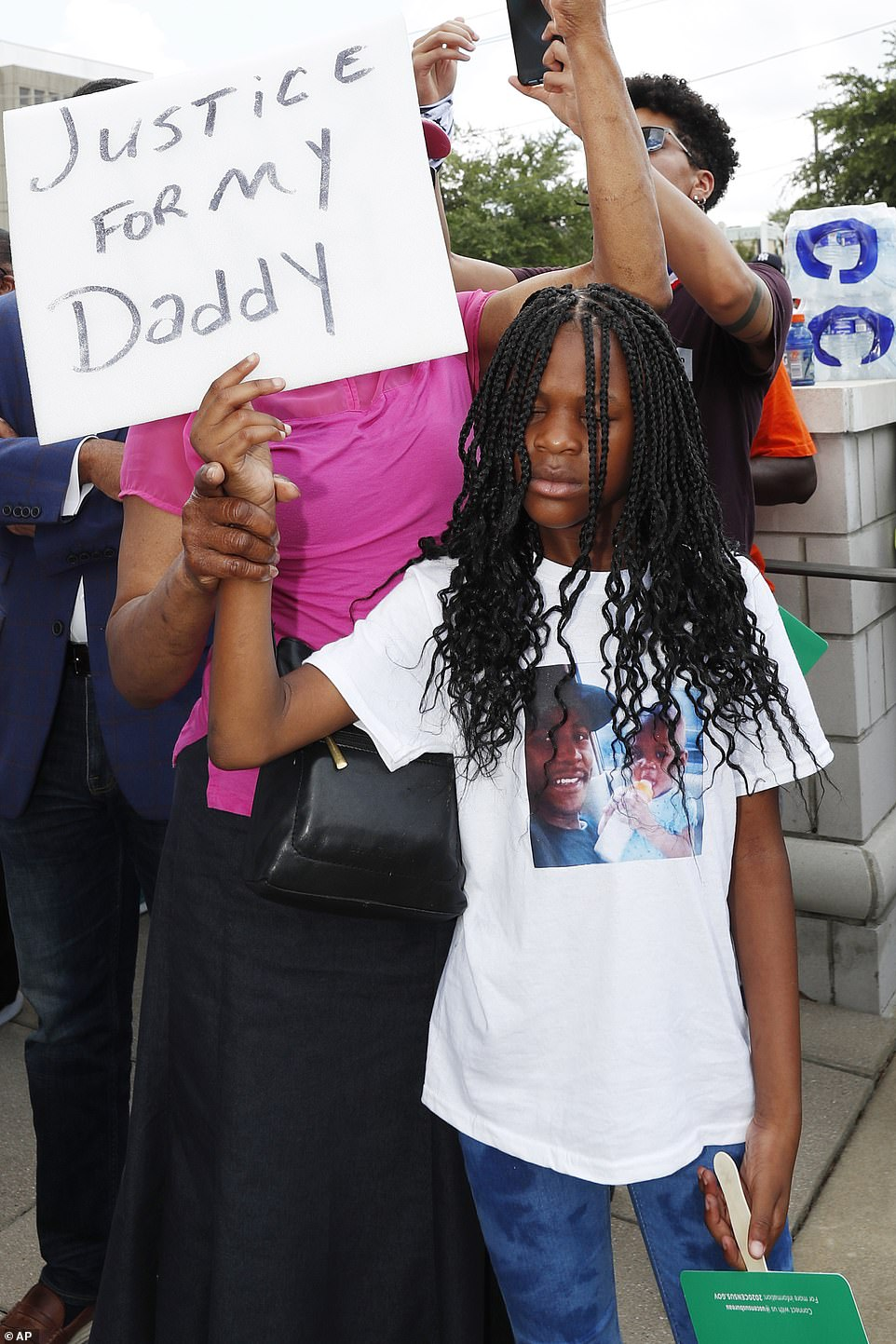 29284300-8393847-Makayla_Hendrick_9_holds_a_protest_sign_as_she_prays_during_a_pr-a-12_1591416764830