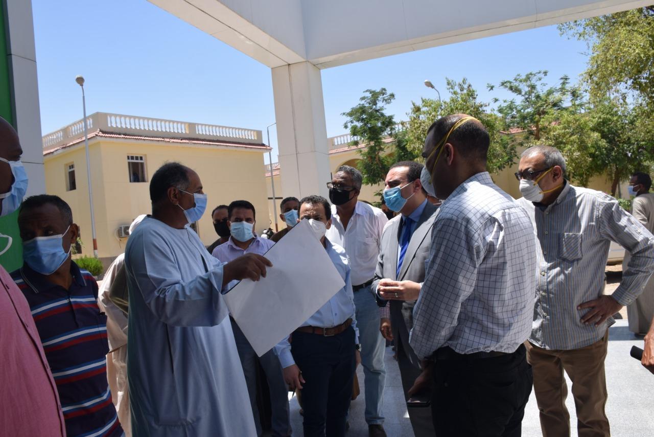 نائب محافظ الأقصر يتفقد مستشفى الحميات للعزل  (3)