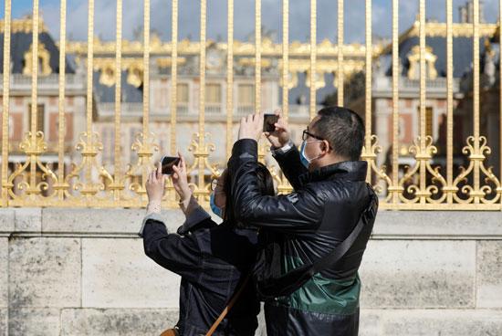 زوار قصر فرساى  يلتقطون الصور