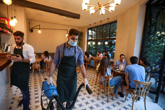 تقديم الخدمات بأحد المقاهى