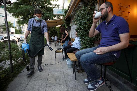 الأردنيون يعودون للمقاهى بعد فتحها