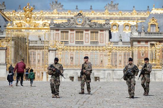 قوات الأمن داخل فناء قصر فرساى