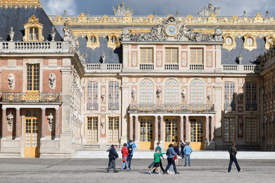 الزوار يتدفقون على قصر فرساى