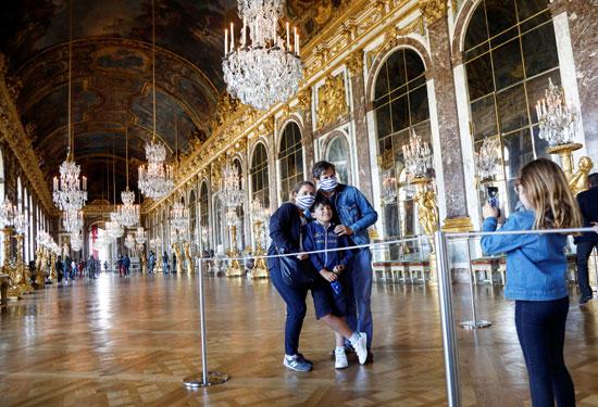 زوار قصر فرساى  يلتقطون صور تذكارية