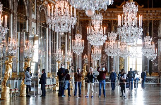 الزوار داخل القصر