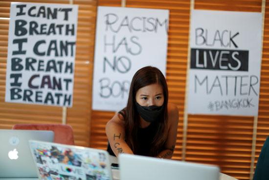 فتاة أثناء مشاركتها بالمظاهرة