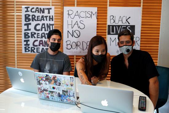 ثلاث شباب يشاركون فى المظاهرة الالكترونية
