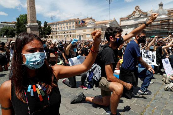 المتظاهرون يرددون الهتافات المناهضة للعنصرية