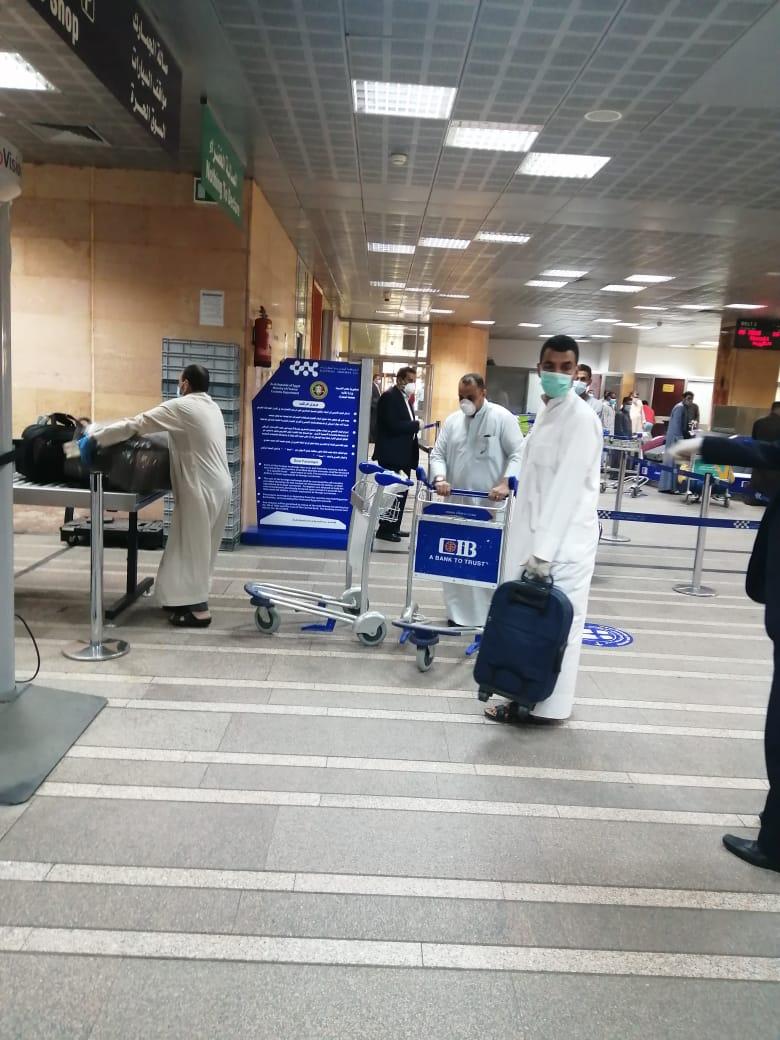 مطار الأقصر يشهد أول رحلة دولي بعودة 136 مصرى عالقين بدولة الكويت (3)