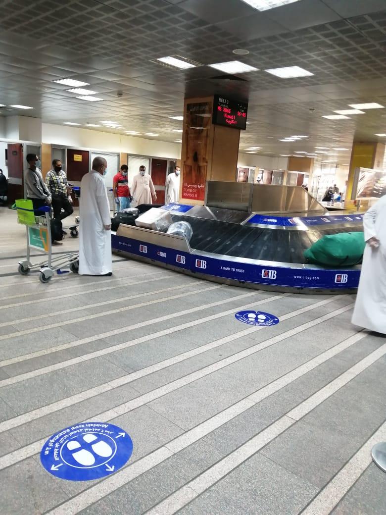 مطار الأقصر يشهد أول رحلة دولي بعودة 136 مصرى عالقين بدولة الكويت (4)