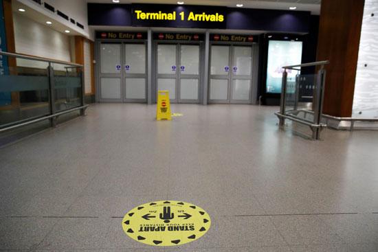وضع اللافتات الإرشادية بمطار مانشيستر
