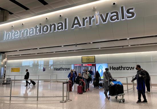 وصول عدد من الركاب لمطار هيثرو