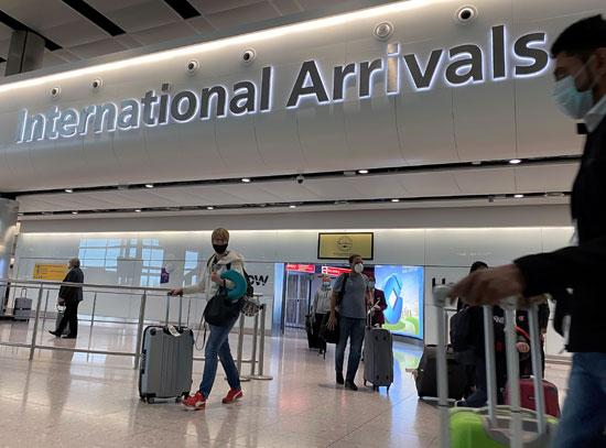 وصول عدد من الركاب إلى مطار هيثرو
