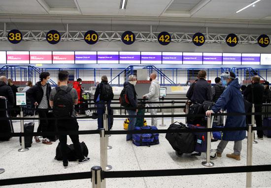 اصطفاف الركاب فى مطار مانشيستر
