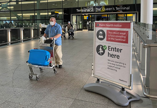 مسافر يمر عبر مبنى بمطار هيثرو
