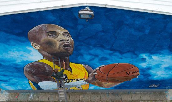 جدارية لكوبى براينت على جدار مدرسة فى جراديسكا