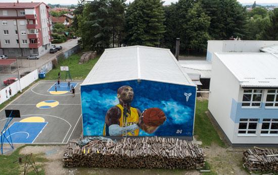 جدارية كوبى براينت على جدار المدرسة فى جراديسكا