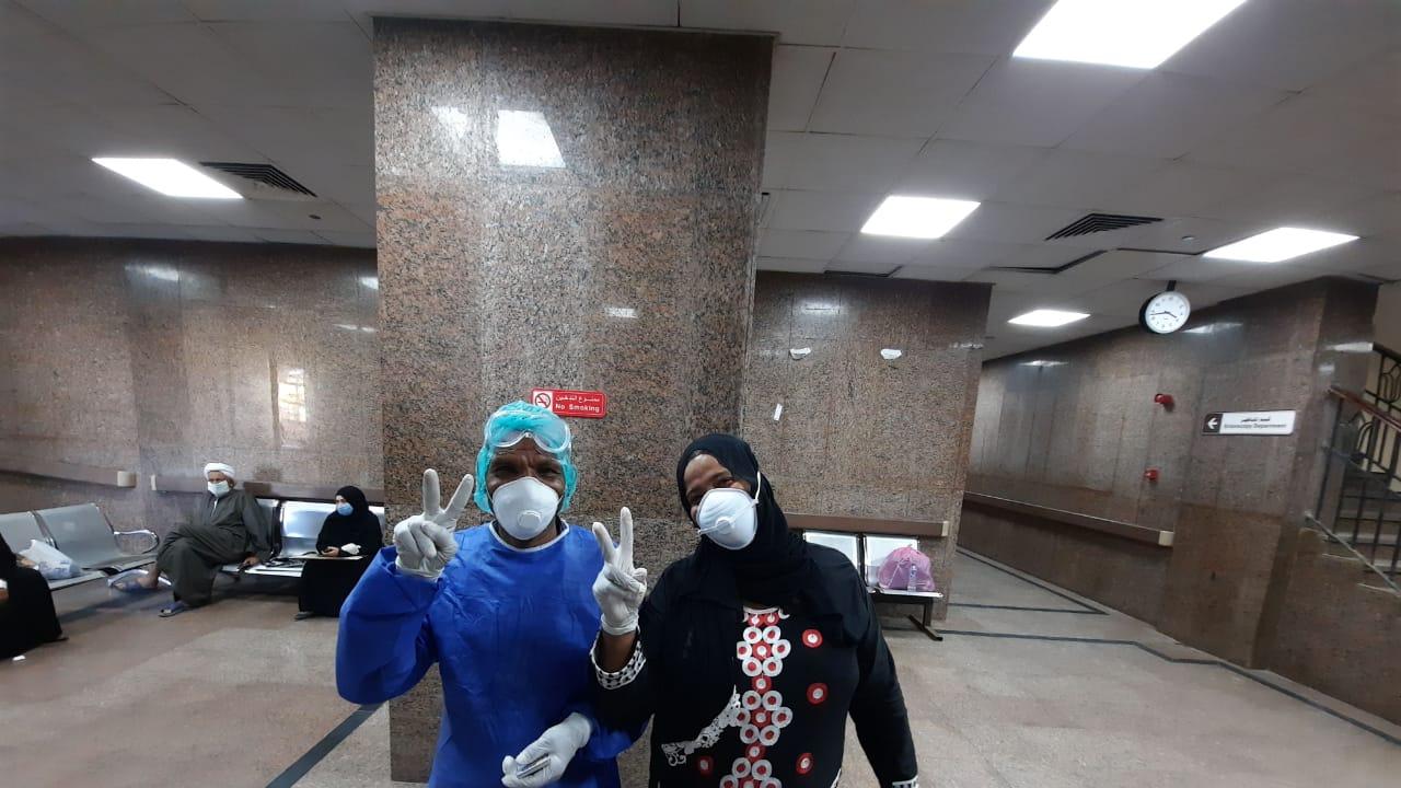 مستشفى الأقصر العام تشهد خروج 10 حالات بعد شفاؤهم من فيروس كورونا (5)