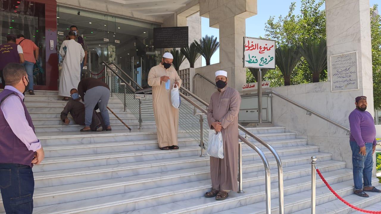انتشار افراد الخدمات المعاونة لتوزيع الكمامات والمصليات