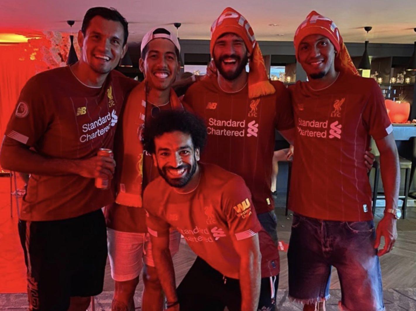 محمد صلاح يحتفل مع زملاءه بلقب الدوري الانجليزي