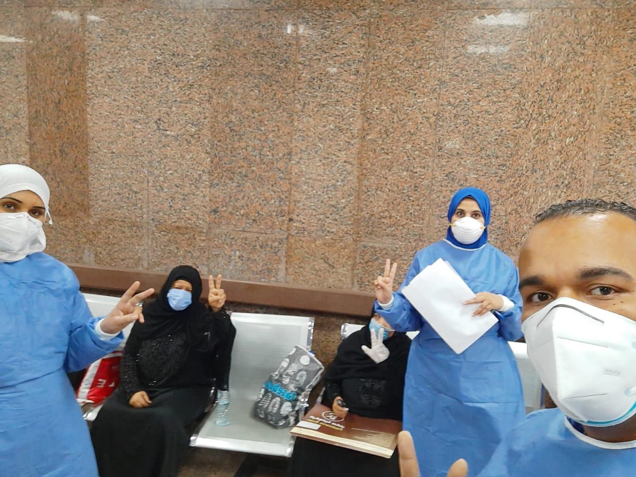 مستشفى الأقصر العام تشهد خروج 10 حالات بعد شفاؤهم من فيروس كورونا (10)