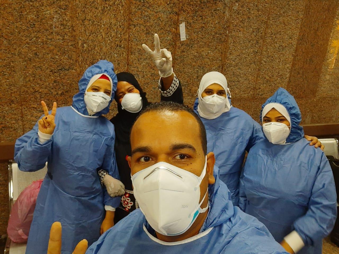مستشفى الأقصر العام تشهد خروج 10 حالات بعد شفاؤهم من فيروس كورونا (1)