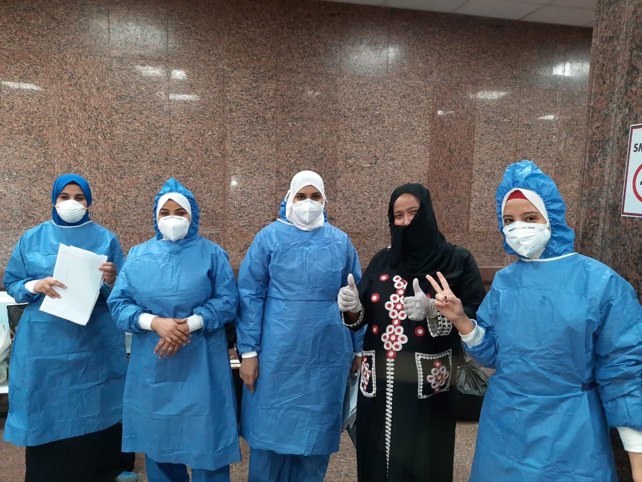 مستشفى الأقصر العام تشهد خروج 10 حالات بعد شفاؤهم من فيروس كورونا (11)