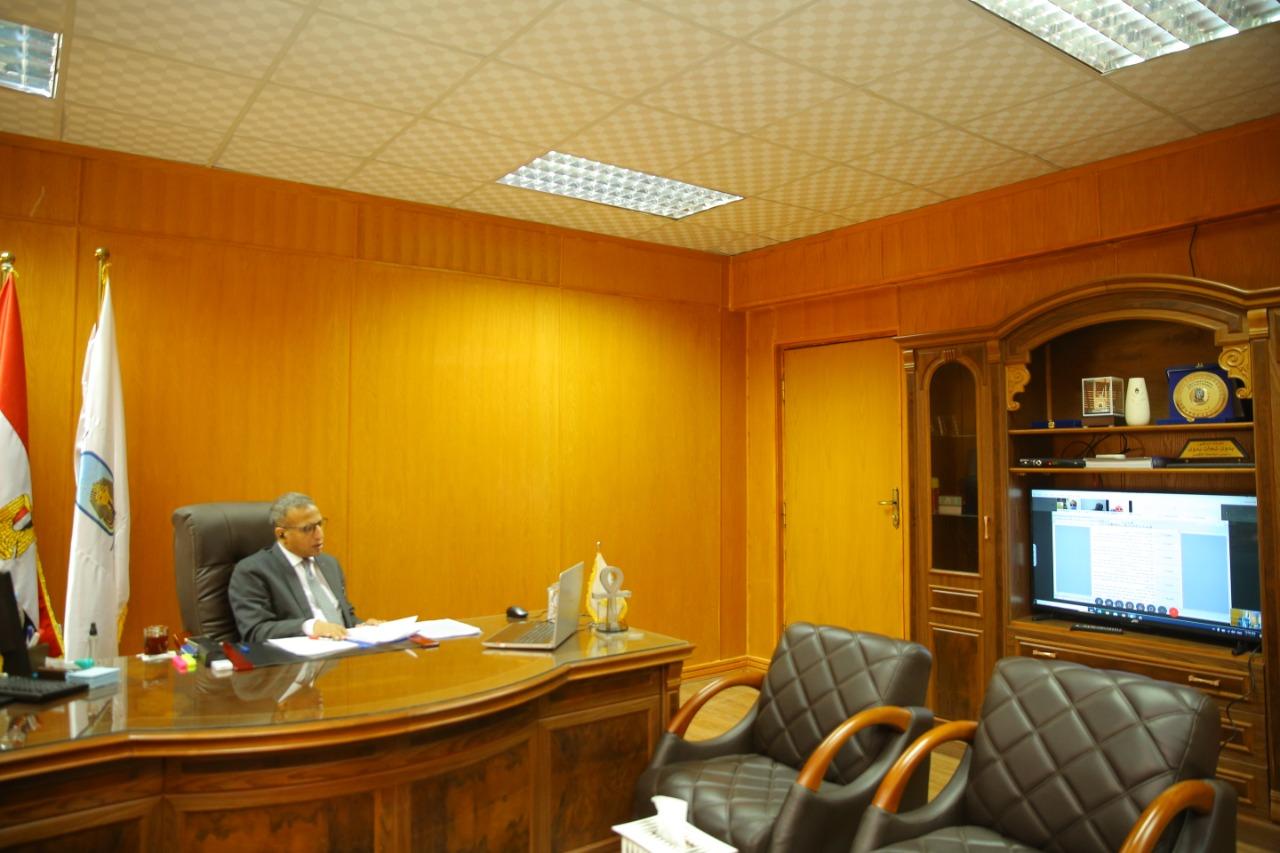 إجتماع رئيس جامعة الاقصر بوكلاء كليات الجامعة لشئون التعليم والطلاب  (2)