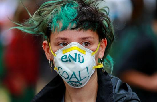 ناشط يرتدى كمامة أوقفوا استخدام الفحم
