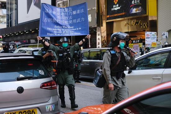 الشرطة تطالب المتظاهرين بالابتعاد