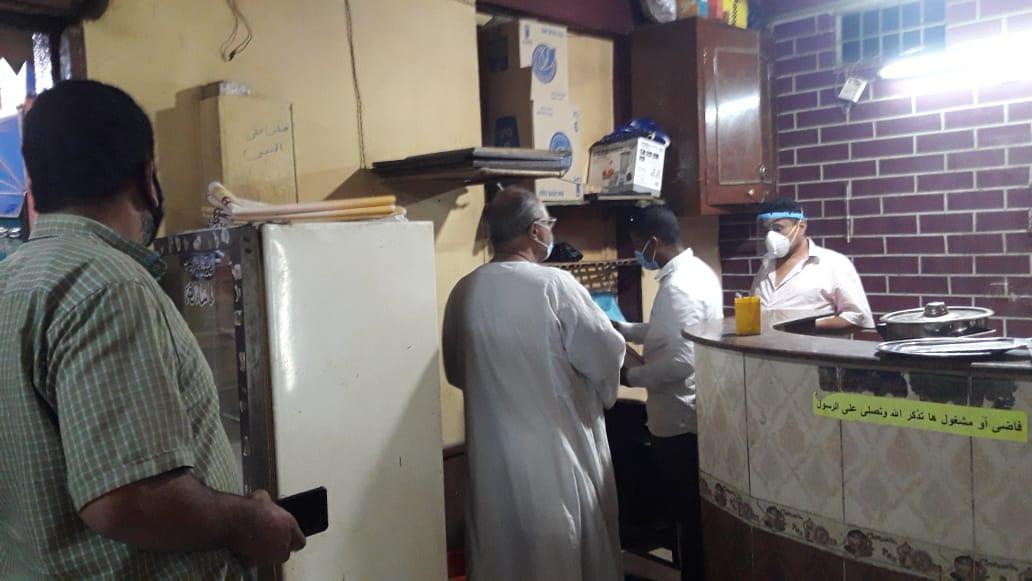 تحرير 14 محضر مخالفات نظافة وشهادات صحية بالمقاهى والمحلات  (1)