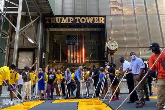 تدشين الرسم أمام برج ترامب