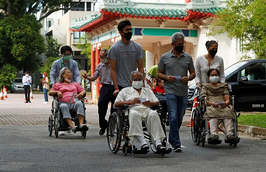 كبار السن يتوافدون على مراكز الاقتراع
